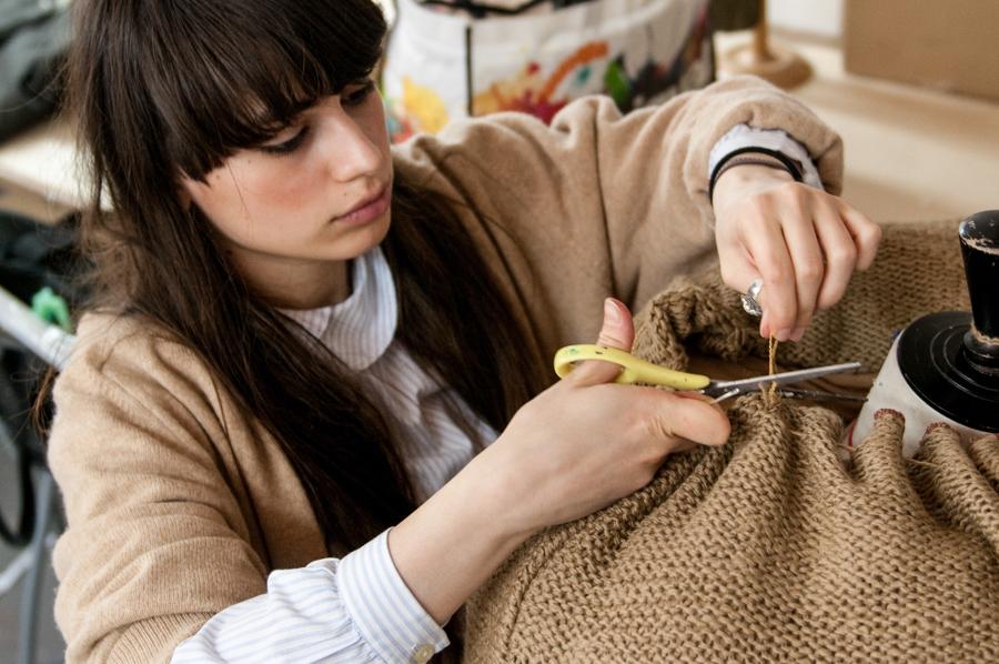 jeune styliste travaillant sur un projet de vêtement
