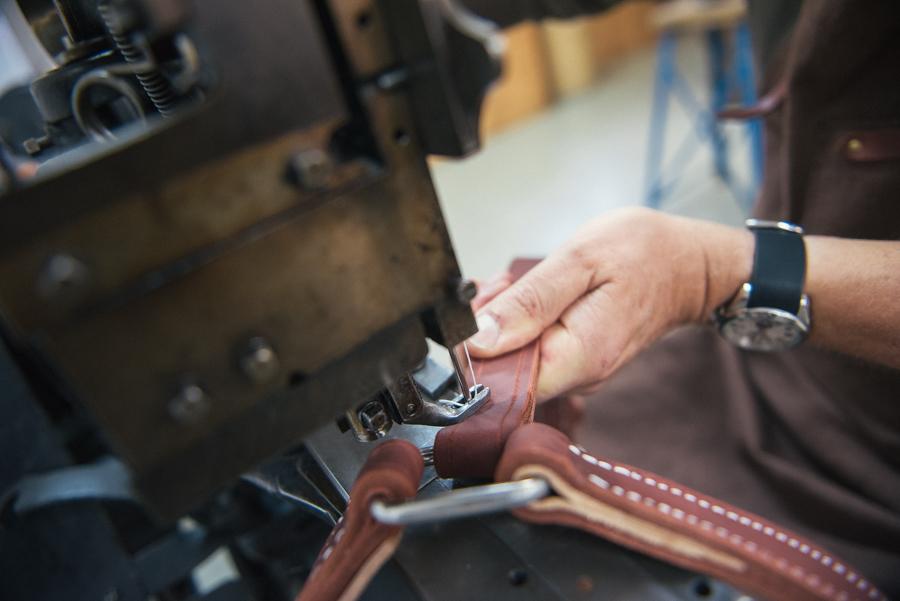 artisan sellier travaillant dans son atelier