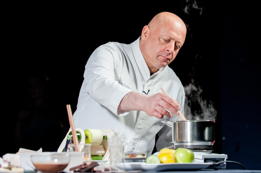 le chef Thierry Marx en train de cuisiner