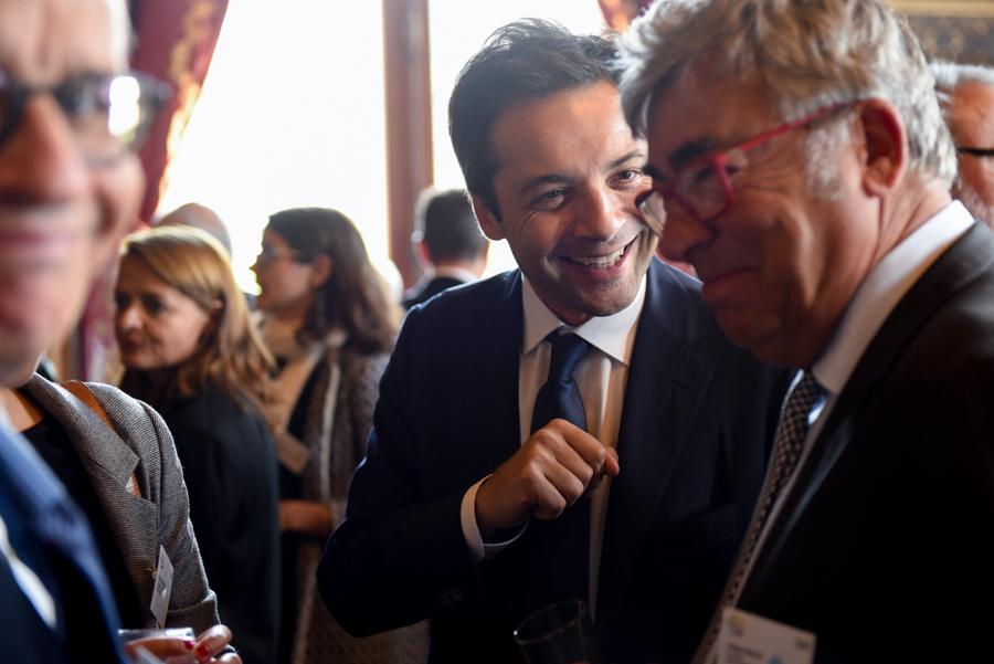 discussion dans les couloirs de la mairie de Paris lors de la conférence des villes à Paris
